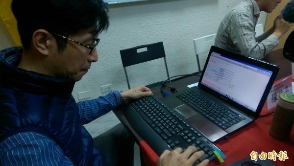 高教工會秘書長陳政亮正試算公私立大專教師年金。(記者蕭玗欣攝)