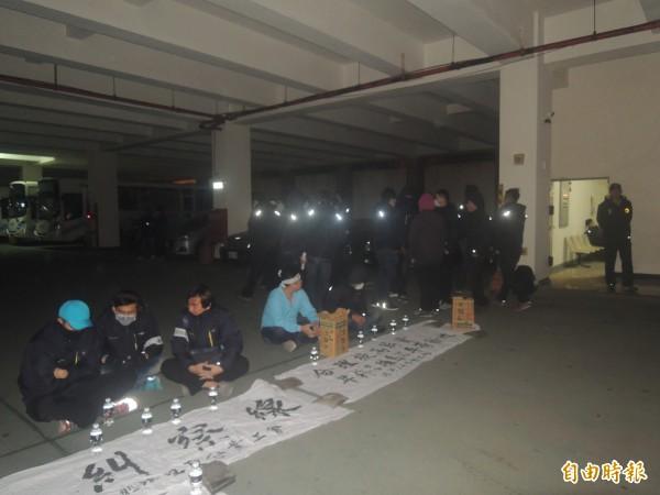 車管處企業工會發動靜坐罷工,並佔據發車場。(記者劉禹慶攝)