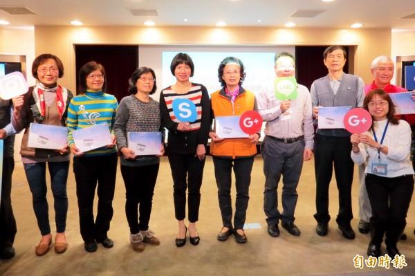 副市長林依瑩(左四)表示,市民免費學電腦課程將持續開辦。(記者張菁雅攝)