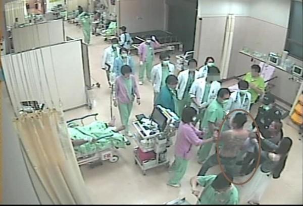 黃男對醫生暴力相向還出言恐嚇,過程被院內監視器全都錄。(記者許國楨翻攝)