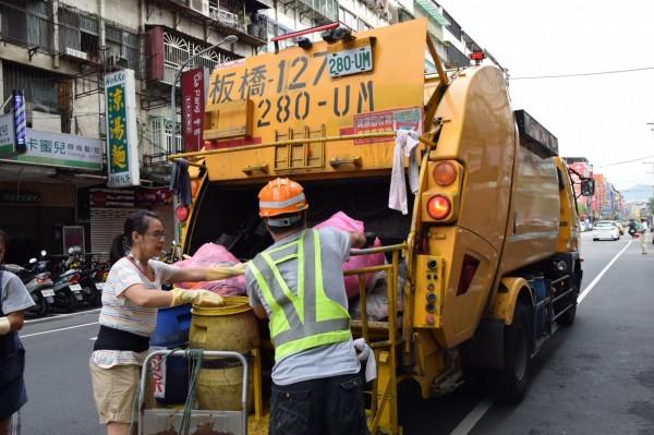 新北市環保局清潔隊除夕加班收運垃圾。(新北市環保局提供)
