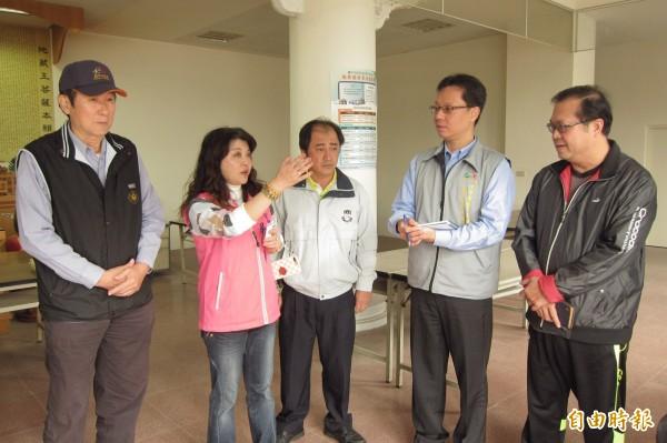 吳瓊華(左二)邀集相關單位,會勘功德二堂設牌位區的問題。(記者何宗翰攝)