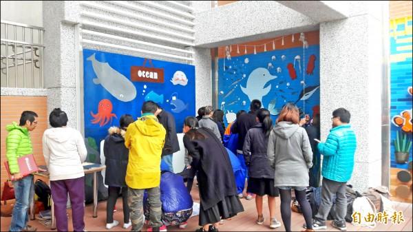 特教學校牆面彩繪海洋生態。(記者黃明堂攝)