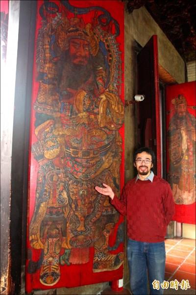 嘉邑城隍廟門神由知名傳統彩繪畫師陳玉峰所繪,李志上負責此次門神彩繪修復。(記者丁偉杰攝)
