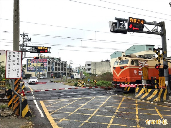大林鎮民代表會爭取嘉義鐵路高架化延伸至大林鎮,圖為大林鎮的瑞德北路平交道。(記者曾迺強攝)