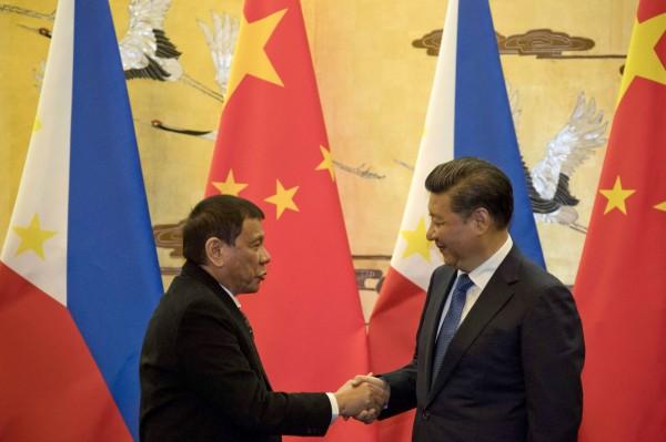 杜特蒂表示,中國在南海造人工島不是嚴重問題。圖為杜特蒂10月在北京與中國國家主席習近平會面。(法新社)