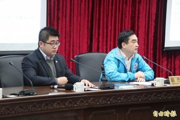 副市長鄧家基(圖右)今天召開記者會,表示北市鉛管汰換可望在明年底完成汰換。(記者鍾泓良攝)
