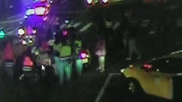 陳姓騎士被計程車壓在車底,警民10多人合力抬起計程車救出受困騎士。(記者林嘉東翻攝)