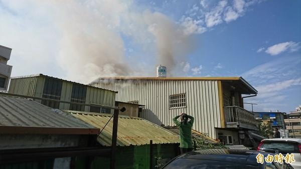 彰化市曉陽路發生民宅火災,濃煙竄出。(記者劉曉欣攝)