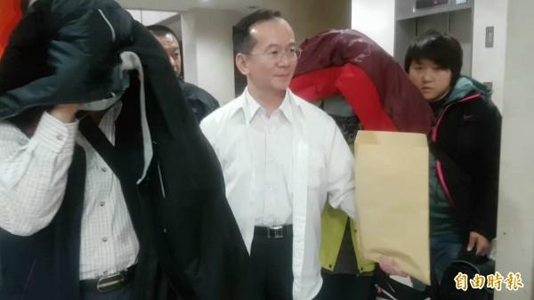 疑收取廠商回扣,南港輪胎胡姓前副總經理(左)和劉姓妻子(右二)昨移送北檢偵訊。(記者謝君臨攝)
