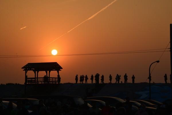 箔子寮漁港夕陽輝煌美麗,雲林縣府邀請民眾一起送今年最後一道夕陽。(雲林縣府提供)