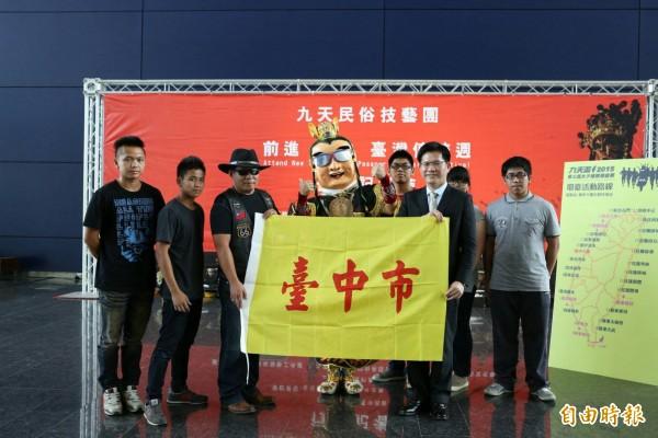台中市旗黃底紅書法字體的簡單樣式,被網友評為「全台最醜市旗」。(記者黃鐘山攝)