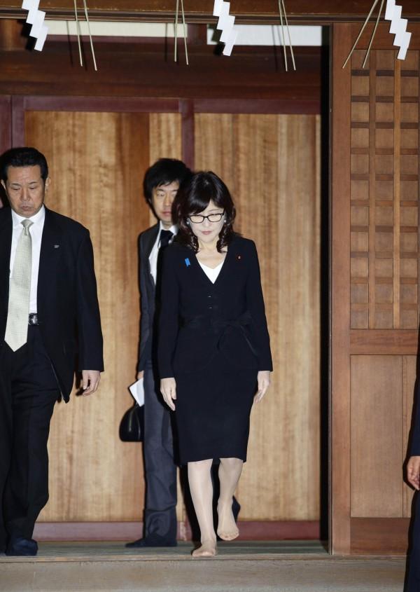 日本防衛大臣稻田朋美參拜靖國神社,引發美中韓不滿。(美聯社)