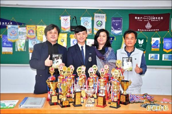 吳煥然(左二)錄取清華大學,母親胡丹齊(右二)、校長黃國峰(左一)、教務主任謝郁俊(右一)都替他高興。(記者彭健禮攝)