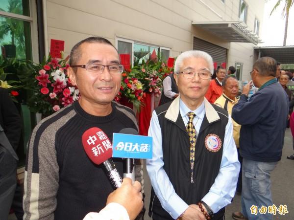 擔任中華民國國家廉政監督協會南市主任的吳志祥(左一)強調協會會為受委屈的弱勢民眾伸張正義。(記者王俊忠攝)