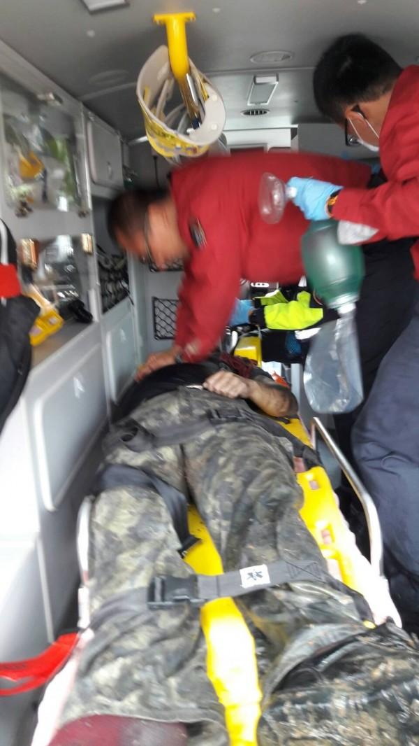 消防人員把傷患送醫急救。(記者江志雄翻攝)