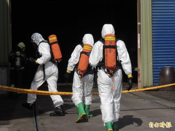 環保署人員全副武裝進入廠區檢測。(記者江志雄攝)