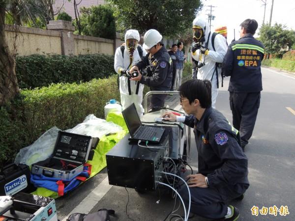 環保署人員就地檢測硫化氫濃度。(記者江志雄攝)