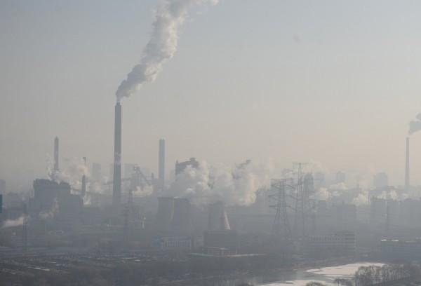 中國各地受到霧霾所擾,預計從29日開始將持續到明年1月5日,還被中國媒體戲稱為「跨年霾」。(資料照,路透)