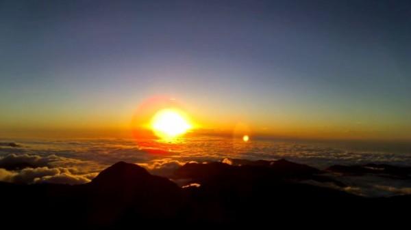 玉山氣象站今傍晚直播2016年最後一道夕陽,目前在YouTube上已能直接觀賞夕陽沒入雲海的畫面。(圖擷自YouTube)