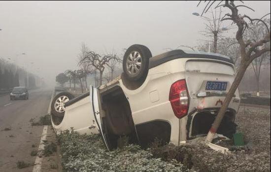 圖為中國民眾日前因霧霾導致視線不清,發生交通意外。(圖擷取自中國財經網)