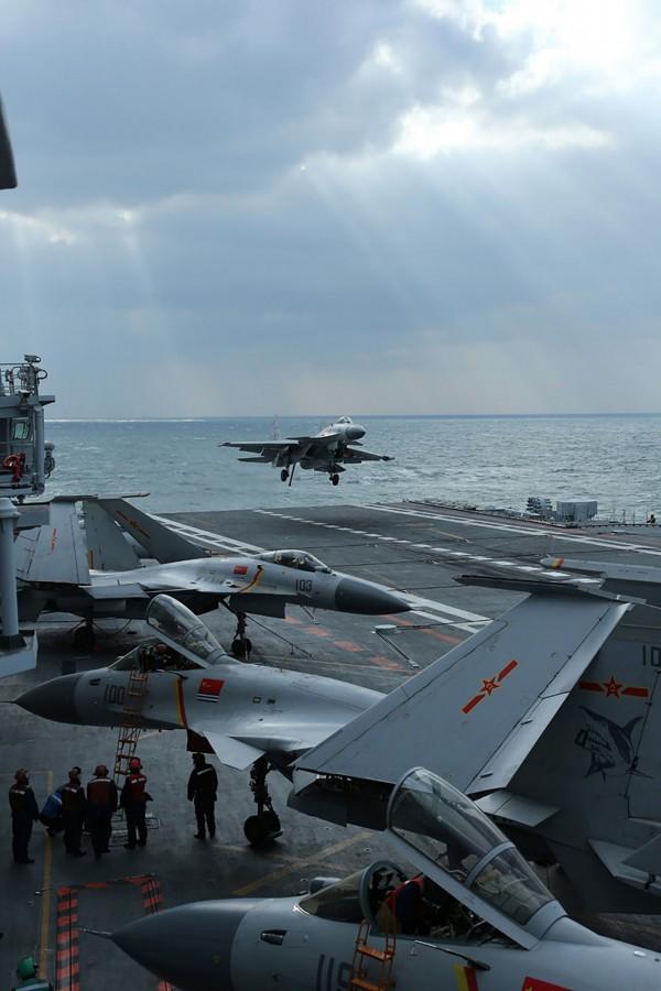 中國擔憂在美國相挺下,台灣恐獨立,因此放話將在台周邊進行軍演。圖為中國J-15戰鬥機,在遼寧航空母艦的甲板上進行軍演。(法新社)