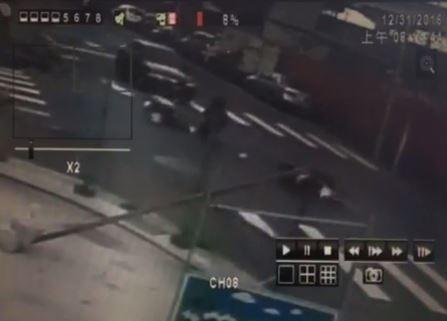 機車被撞倒在地。(記者王宣晴翻攝影片)