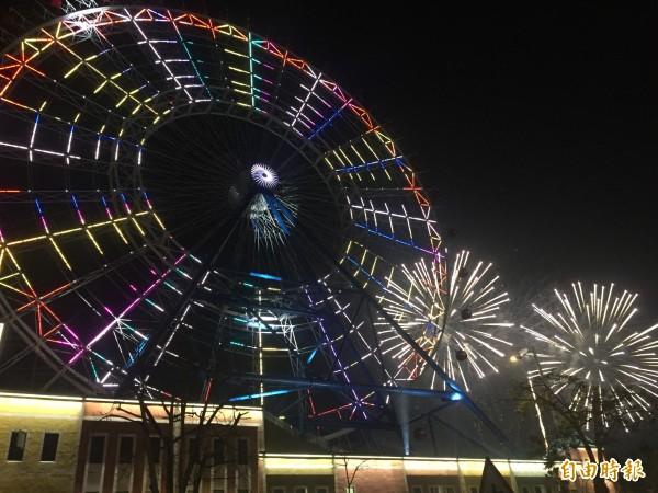 全台最大摩天輪燈光秀搭配煙火,美輪美奐。(記者李忠憲攝)