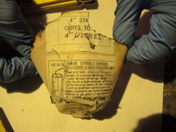 現場留下疑似椰型煙火剝落的紙張。(記者游承霖翻攝)