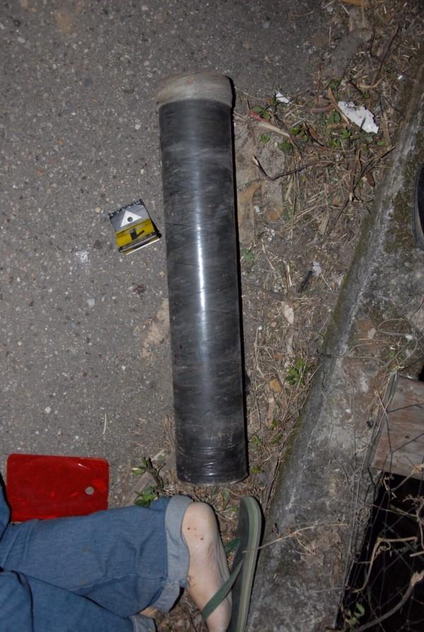 死者腳邊留有疑似用來固定用的鋼管(記者游承霖翻攝)