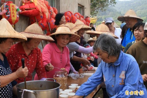 今天起,新竹縣65歲以上、具有領取老人年金資格的長輩們,未來每個月能領到的金額,將是原來3000元的一半。(資料照,記者黃美珠攝)
