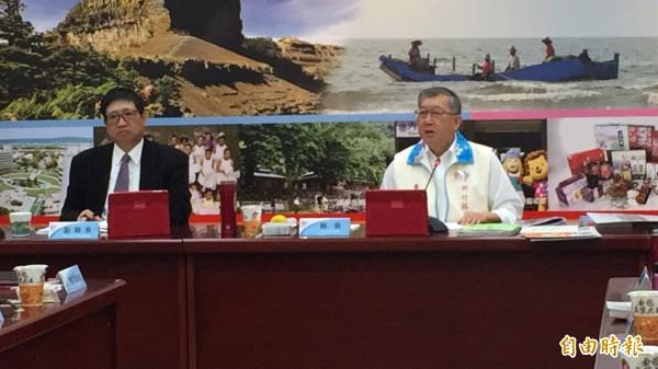新竹縣長邱鏡淳(右)今天早上召開緊急縣務會議提案,大砍8項非法定社福預算。(記者黃美珠攝)