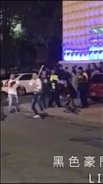 夜店散場時洪姓男子(白衣)持棍攻擊其他酒客。(翻攝臉書黑色豪門企業)