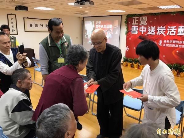 佛教正覺同修會駐會常務理事陸大元代表致贈救助金給弱勢家庭。(記者陳昀攝)