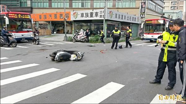 案發後警方到場偵查,地上留有機車與血痕。(記者王宣晴攝)