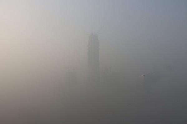 北京在霧霾中跨年,今日霧霾仍相當嚴重。(路透)