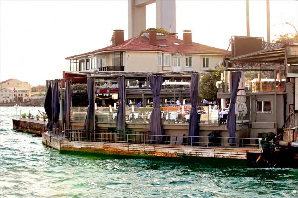 土耳其伊斯坦堡著名高檔夜店「Reina」瀕臨博斯普魯斯海峽,在跨年夜遭恐攻,傷亡慘重。(路透)