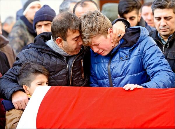 土耳其伊斯坦堡夜店恐攻事件罹難者阿立克的家屬,撫棺哀悼親人在跨年狂歡中不幸罹難。(歐新社)
