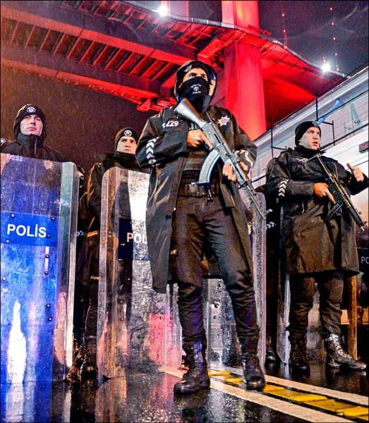 土耳其特警在伊斯坦堡的夜店遭槍擊恐攻後,駐守店外。(歐新社)