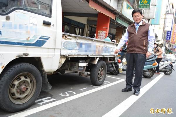 彰化市路邊停車收費明天上路,市長邱建富今天實勘做最後確認。(記者湯世名攝)