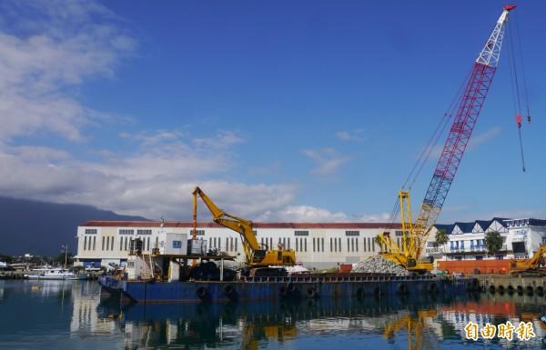 預計今年2月底即將完工的2座「漁港登船新碼頭」,新址就在花蓮漁港向日廣場前內港,賞鯨客未來登船動線將可大幅縮短一半路程。(記者王峻祺攝)