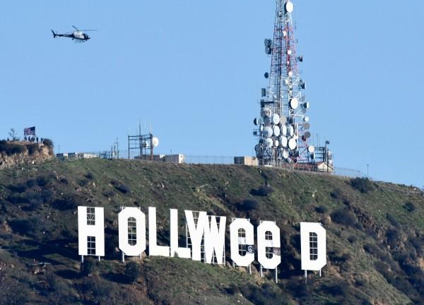 洛杉磯著名地標「好萊塢」(HOLLYWOOD)遭惡搞成「好大麻」(HOLLYWeeD)。(法新社)。
