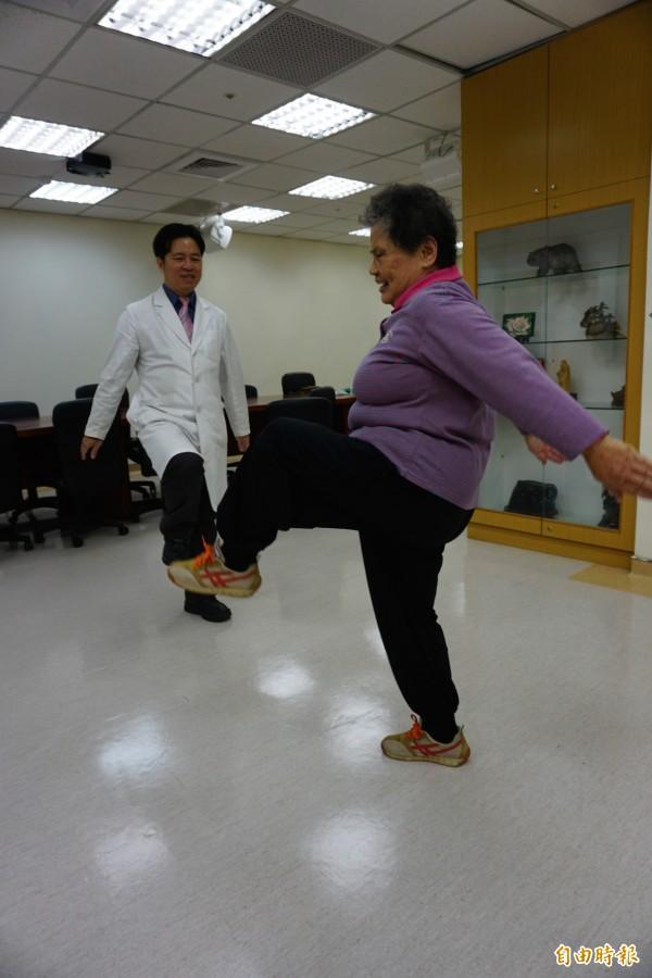 劉阿嬤治療後腳能抬,開心做運動。(記者蔡淑媛攝)
