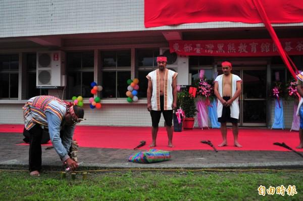 卓溪鄉中正部落頭目林水源(左1),帶著族人參加玉里鎮的台灣黑熊館開幕,現場祭拜祖先並鳴槍祈福。(資料照,記者花孟璟攝)