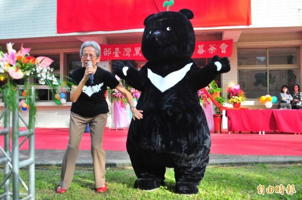 台灣黑熊館成立時,超大號的黑熊吉祥物現身吸引現場大小朋友目光,卓溪鄉民對於黑熊館竟放在玉里,感嘆「黑熊回不了家」,是愧對祖先。(記者花孟璟攝)
