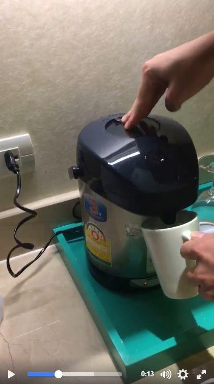 每當原PO按熱水瓶上的出水鈕時,熱水瓶就會發出類似女性嬌喘的聲音,讓人聽了相當害羞。(擷取自爆料公社)