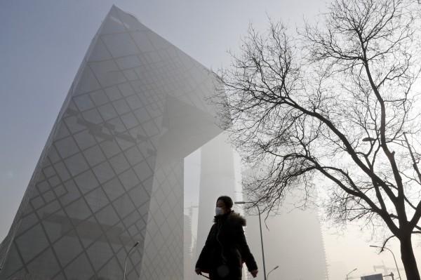 中國霧霾嚴重,英國工程師分享的一段縮時攝影短片嚇壞網友。(美聯社)