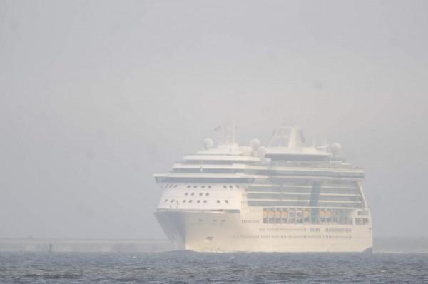 由於霾害嚴重,為了防止發生意外,天津港務人員要求一艘郵輪在海上等待通知,超過2000名遊客便從跨年夜起受困海上直到昨天獲准登岸。(示意圖,擷取自網路)