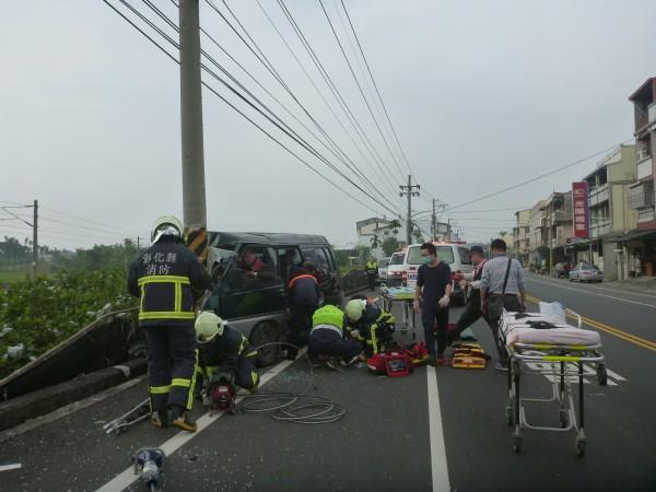閃避小狗廂型車撞電桿8傷。(圖為二水消防隊提供)