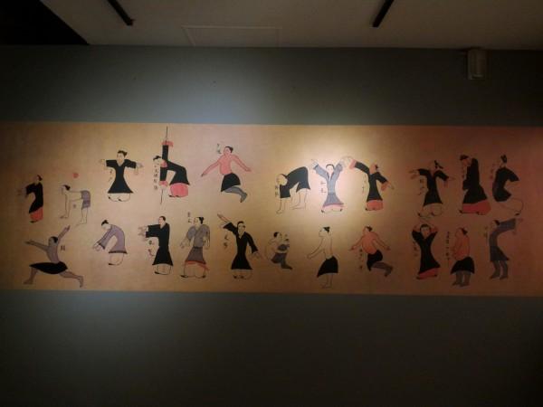 湖南長沙馬王堆出土的西漢《導引圖》彩色帛畫,畫中人物姿態動作各異。(記者劉婉君翻攝)